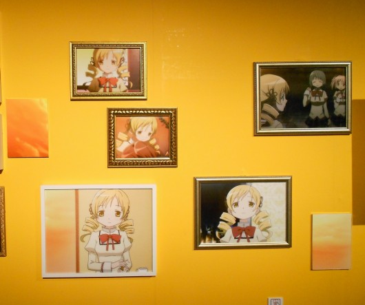 様々な巴マミの画像が展示されている。全てアニメ版で見たことがあるシーンではあるが、このようにお洒落に展示されていると違った趣がある。
