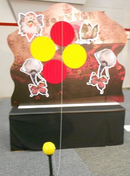 さやかの正義では粘着質のボールを壁に向かって打ち込み、張り付いたらクリアとみなされる